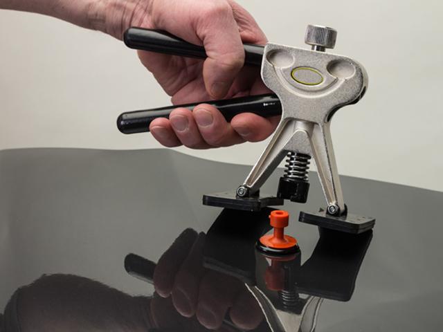 Bei der Drücktechnik wird die Delle mithilfe von speziellen Metallhebeln von innen aus dem Blech herausmassiert. Der Lack bleibt bei dieser Methode vollkommen unbeschadet.
