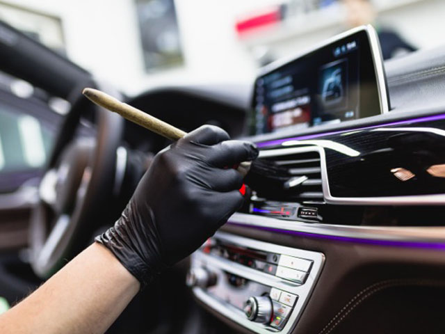 Unser Angebot der Innenraumreinigung umfasst die schonende Reinigung und Pflege von Polstern, Teppichen, Kunststoffen sowie von im Fahrzeug verbautem Leder. Unser Ziel ist es stets, dem Neuzustand des Fahrzeuges so nahe wie möglich zu kommen.